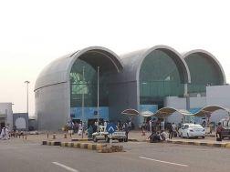 في حملة مفاجئة.. القبض على (13) من تجار العملة داخل مطار الخرطوم