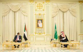 د. حمدوك يبحث تطوير العلاقات التنموية والاستثمارية مع ولي العهد السعودي