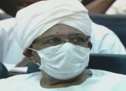 المخلوع يظهر بدون بدلة السجن ويرتدي الجلابية والعمامة بعد انتهاء مدة الحكم بايداعه الإصلاحية