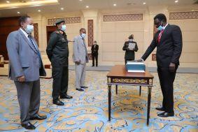 مناوي يؤدي القسم امام البرهان حاكما لاقليم دارفور