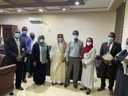 السفير السعودي يعلن المصادقة بسيارات إسعاف مجهزة هدية من مركز الملك سلمان