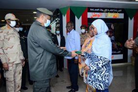 رئيس مجلس السيادة يكرّم ابنة جندي مفقود حققت المرتبة الأولى في شهادة الأساس