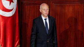 الرئيس التونسي يعفي رئيس الوزراء من منصبه ويجمد سلطات البرلمان.. تعرف على التفاصيل