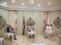 حمدوك يبحث مع وزير الخارجية الجزائري الأوضاع بالمنطقة.. ويتلقى دعوة لزيارة الجزائر